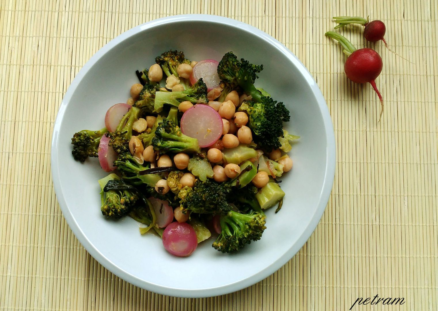 Cizrna s brokolicí a ředkvičkami v červeném kari recept ...