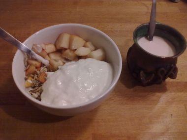 Zdravá opulentní snídaně  jogurt s praženými konopnými semínka a ...