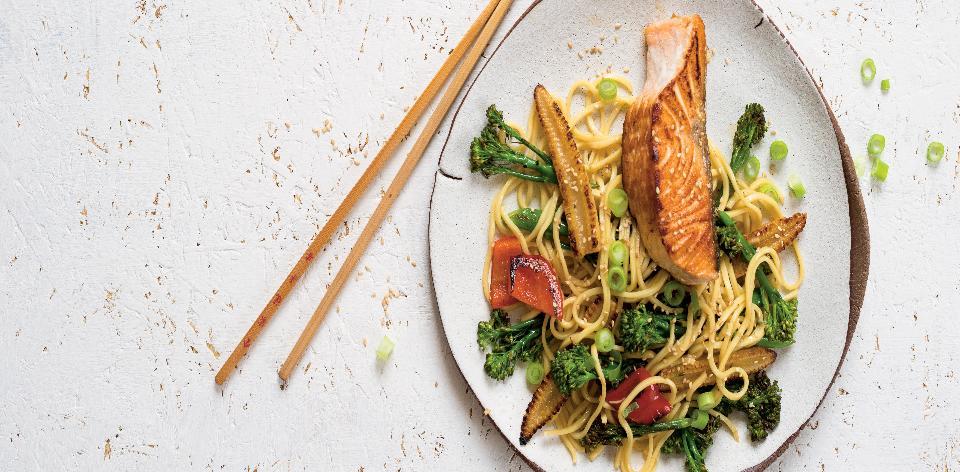 Asijské nudle se zeleninou a lososem