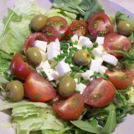 Salát s mozzarellou a pažitkovou zálivkou recept