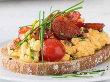 Míchaná vejce se sýrem, rajčaty a chorizem