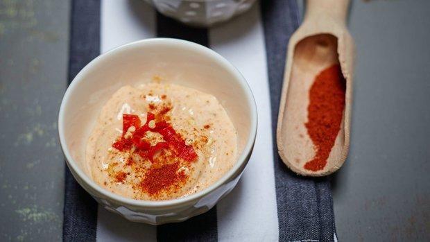 Pikantní domácí majonéza s chilli pastou, ajvarem a kurkumou ...