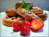 Jahodovo-třešňové koláče s kysanou smetanou recept ...
