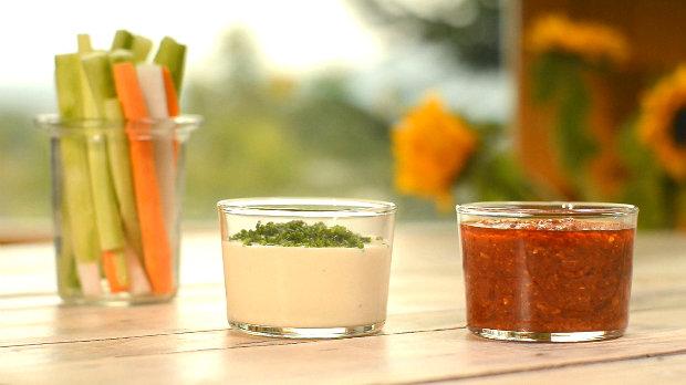 Dip z pečeného česneku a Bloody Mary dip s krájenou zeleninou ...