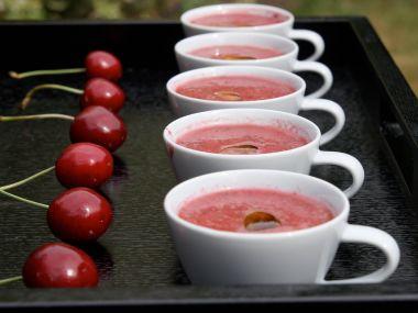 Třešňové gaspacho s rajčaty