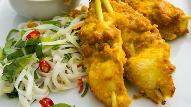 Kuřecí sataj špízy na thajském nudlovém salátu s omáčkou z ...