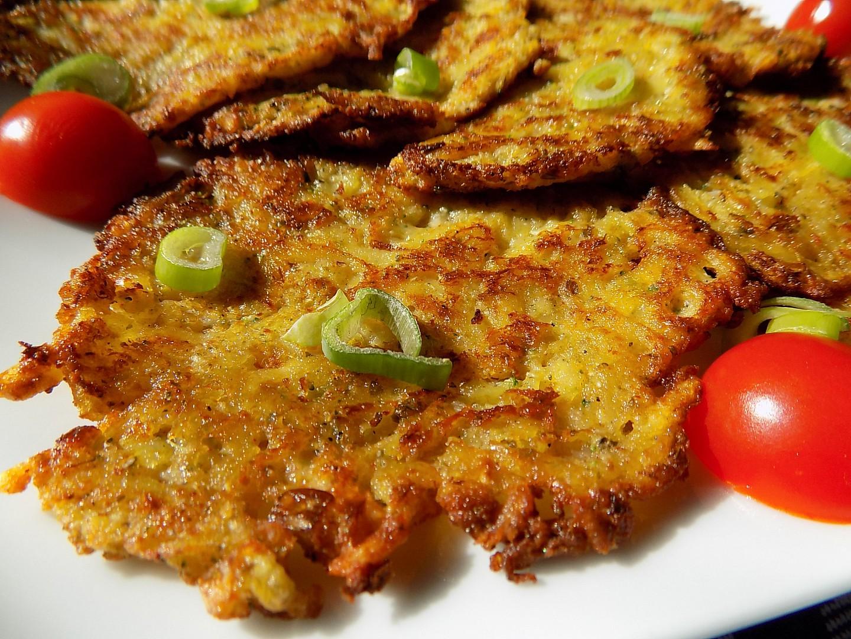 Brokolicové bramboráky se sýrem a jarní cibulkou recept ...