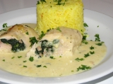 Zapečené, smetanové kuřecí závitky se špenátem a šafránovou rýží ...