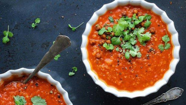 Polévka z červené čočky s rajčaty