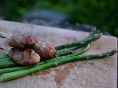 Grilovaný marinovaný chřest, paprika a jarní cibulka