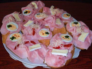 Slavnostní chlebíčky s pomazánkou z česnekového pesta