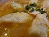 Polévka z pečeného kuřete s knedlíčky z opražené hrubé mouky ...