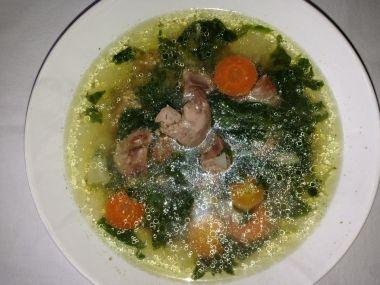 Polévka z jarní zeleninky se špenátem, rýží a kuřecími játry