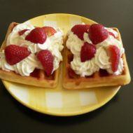 Vafle s jahodami a šlehačkou recept
