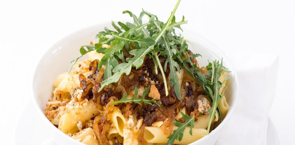 Těstoviny s karamelizovanou cibulkou a křupavou strouhankou