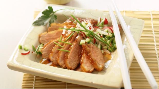 Kachní prsa s ředkvičko-okurkovým salátem