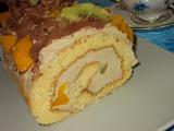 Piškotová roláda s oříšky, broskvemi a kiwi recept