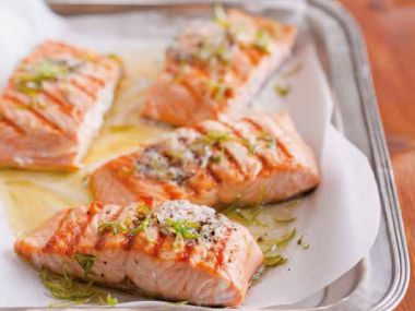 Grilovaný losos s limetkovým máslem