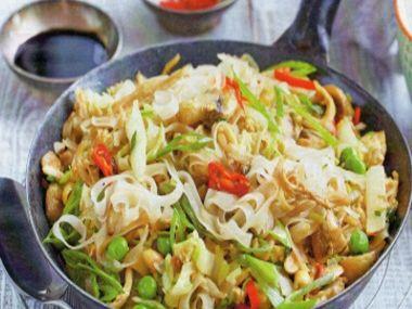 Rýžové nudle s čínským zelím a hráškem