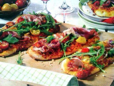 Minipizza se šunkou a rajčaty
