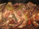 Pečený králík na koriandru, slanině a červeném víně recept ...