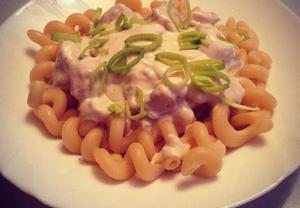 Těstoviny se smetanovo-sýrovou omáčkou a kuřecím masem ...