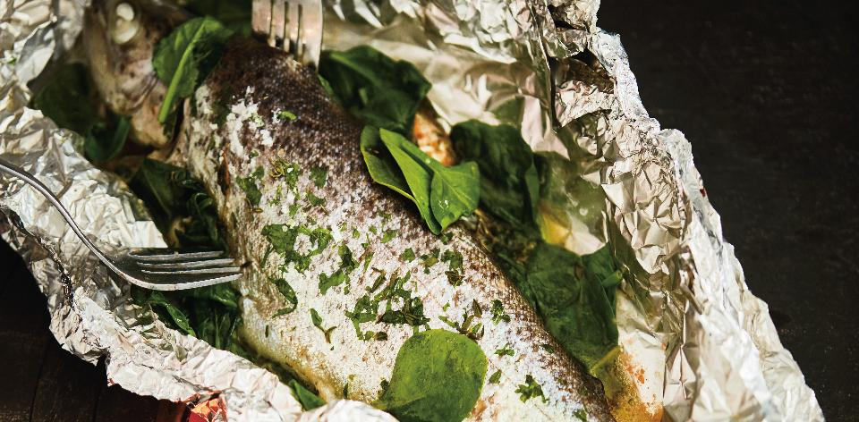 Pstruh s bylinkovým máslem a špenátem v alobalu