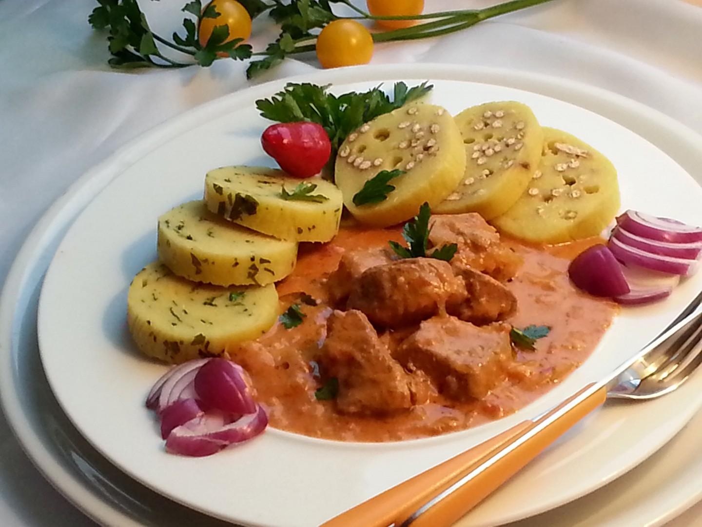 Netradiční segedínský guláš s rajčaty a čabajkou recept ...