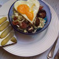 Pekingské zelí s klobásou a vejcem recept