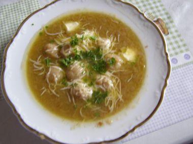 Polévka á la francouzská cibulačka s drožďovými knedlíčky ...