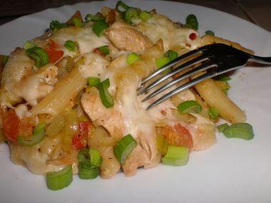 Těstoviny zapečené s kuřecím masem a zeleninou