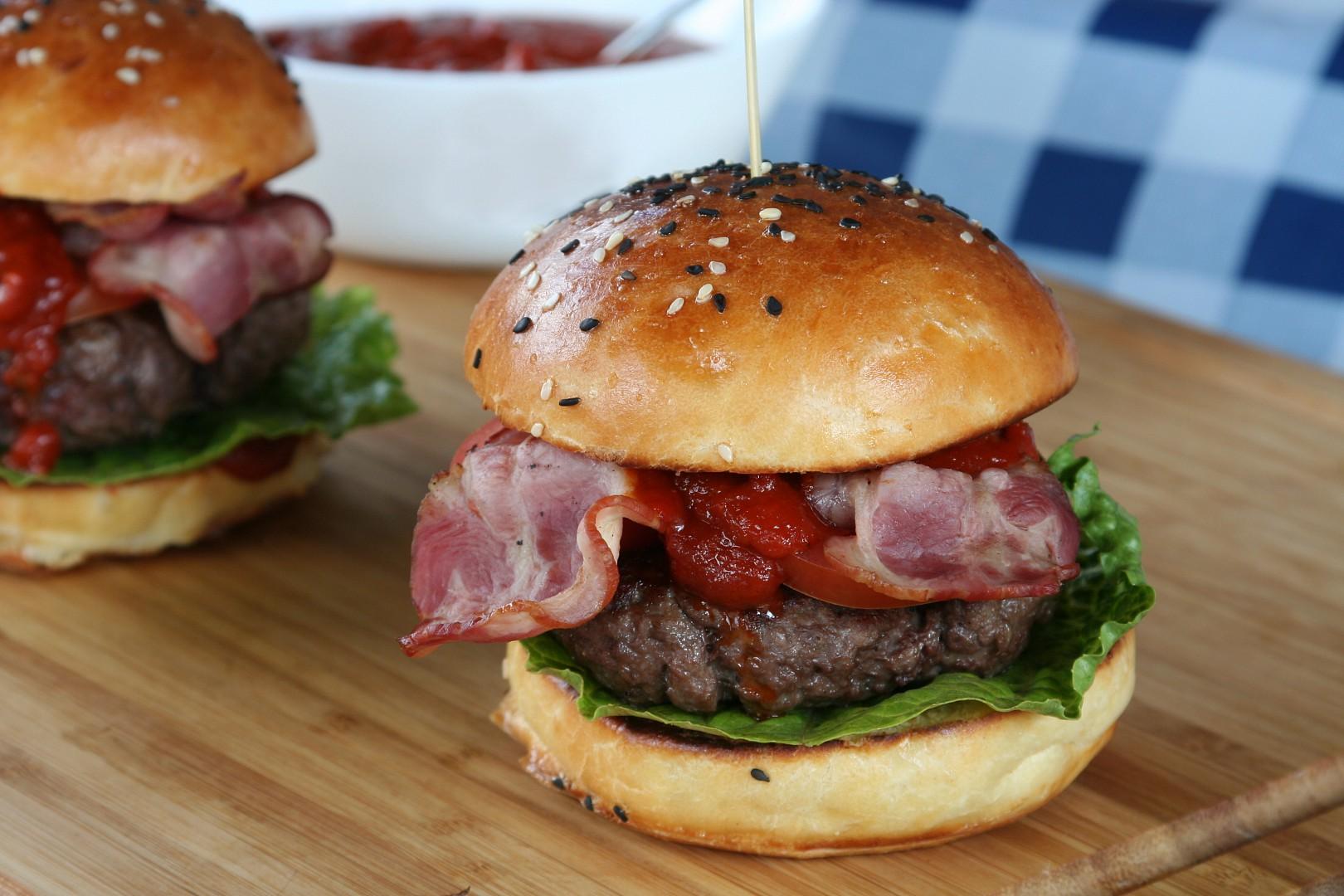 Burgery s domácí bbq omáčkou a brioškami recept