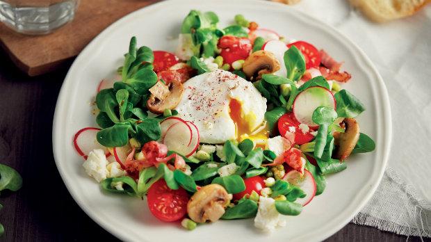 Jarní salát se ztraceným vejcem