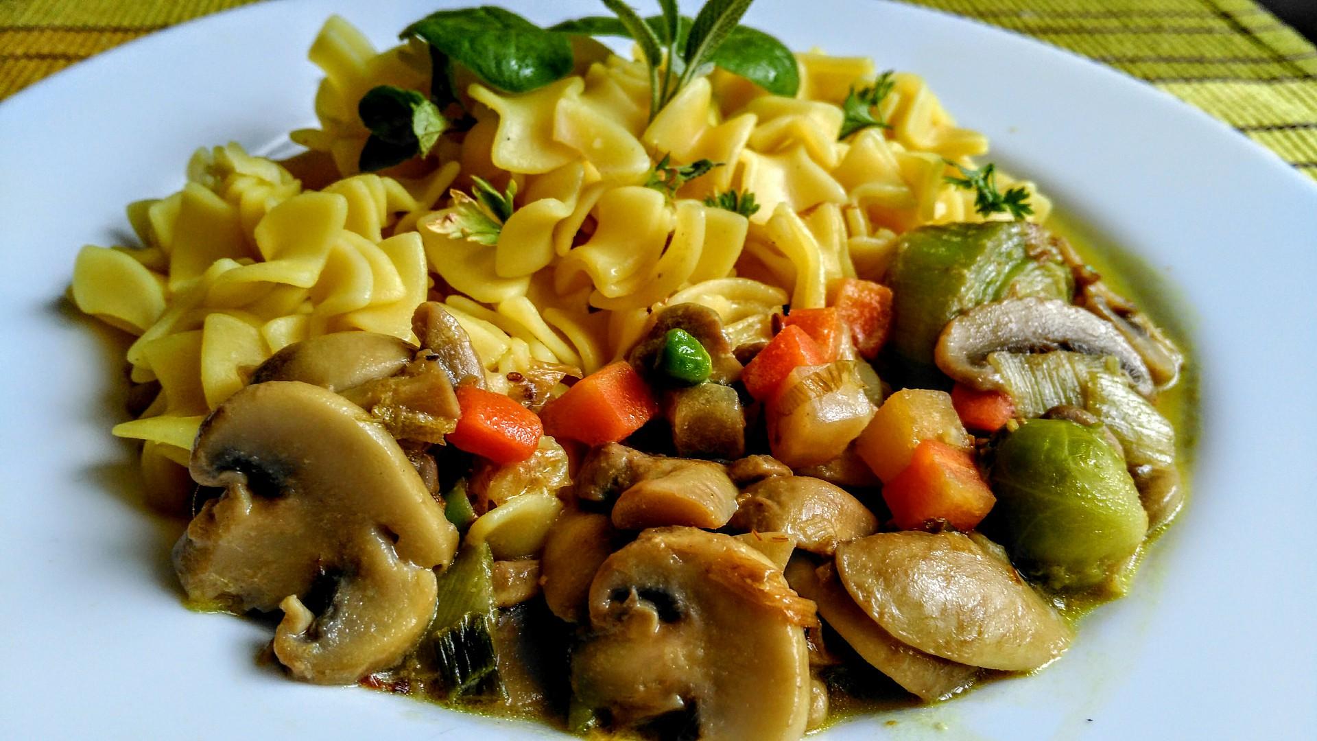 Těstoviny s houbovo-zeleninovým sosem recept
