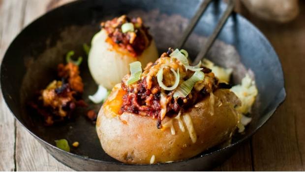 Zapečené brambory a cibule s masovou směsí