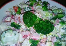 Brokolicový salát s krabími tyčinkami recept