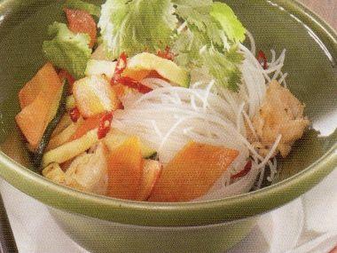 Rýžové nudle s drůbežím masem a koriandrem