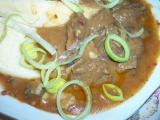 Skoro gulášová konina(hovězí) na houbách recept