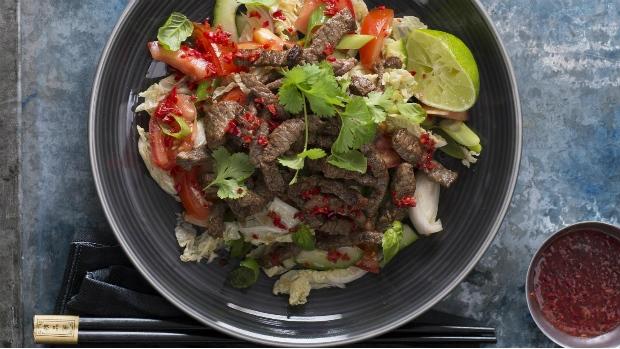 Pikantní zeleninový salát s hovězím masem