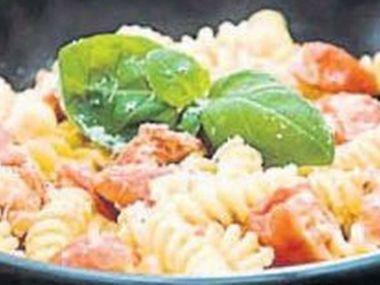 Těstoviny s rajčaty a bazalkou