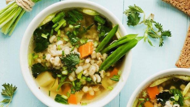 Kroupová polévka s medvědím česnekem a kopřivami