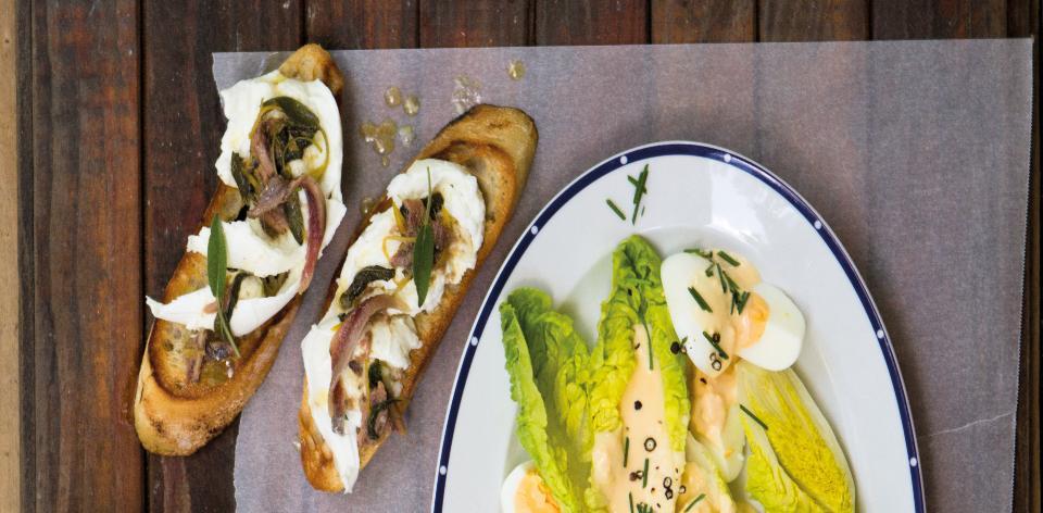 Topinky s ančovičkovým máslem a mozzarellou