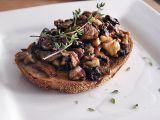 Opečený toast s houbami, ořechy a tymiánem recept