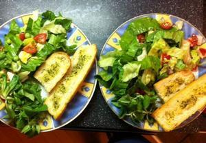 Zeleninový salát s rukolou a opečenou bagetkou