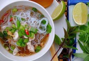 Polévka pho se zeleninovými nudlemi a jarní cibulkou