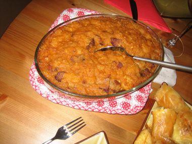 Zapečené fazole s cibulí