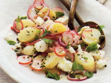 Bramborový salát s fetou a ředkvičkami