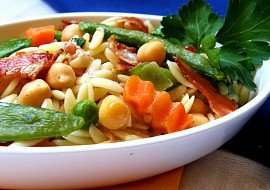 Orzo  těstovinnová rýže s cizrnou, zeleninou a slaninou recept ...