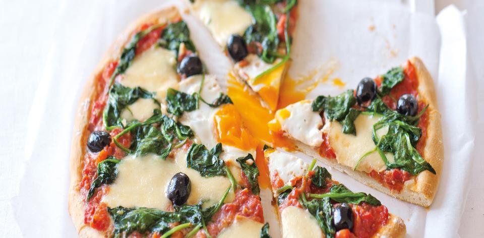 Domácí pizza se špenátem a olivami