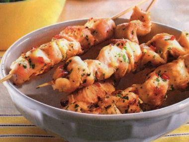Pikantní kuřecí satay s arašídovou omáčkou